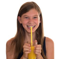 Gesunde Ernährung lachendes Mädchen trinkt Orangensaft