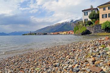 Acceso al Lago de Como. Gravedona. Italia