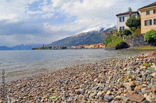 canvas print picture Acceso al Lago de Como. Gravedona. Italia