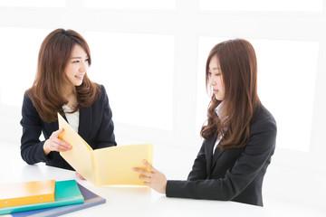 打合せをする二人の女性 ビジネス