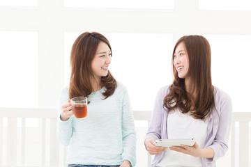 タブレットを見る二人の女性