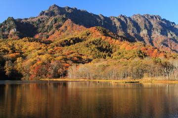 秋の戸隠高原 紅葉の鏡池と戸隠山