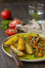 Baked potatoes with chanterelles and onions