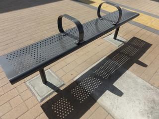 バス停のベンチと影