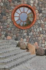 круглое окно на фасаде здания