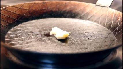 Butterschmalz wird in Eisenpfanne erhitzt