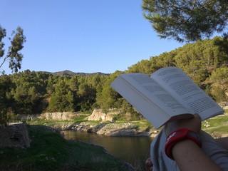 Leyendo en la naturaleza