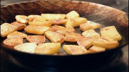 Fertige Bratkartoffeln in Eisenpfanne
