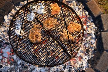 De 0635 Grillen über Holzkohlefeuer