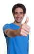 canvas print picture - Mann mit schwarzen Haaren zeigt den Daumen