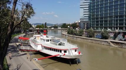 Der Wiener Donaukanal - Blick nach Klosterneuburg