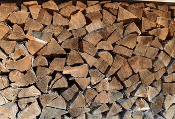 Hochwertiges Brennholz, gestapelt für den Winter