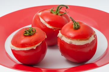 Pomodori rossi ramati ripieni di crema al tonno