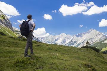 Wanderer vor Gebirgskette