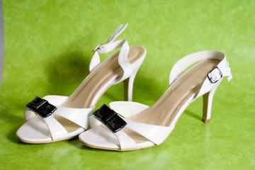 Scarpe bianche tacco, sandali da donna, con tacco, sfondo verde