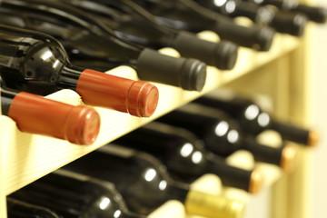 Flaschen im Weinkeller