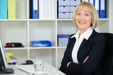 Selbstbewusste Geschäftsfrau im Büro