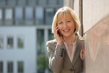 Portrait einer Geschäftsfrau mit Smartphone