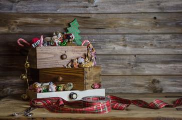 Dekoration Weihnachten auf Holz Hintergrund in Grün und Rot