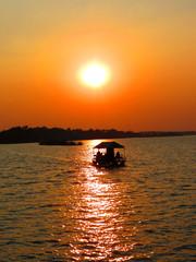 Entardecer com céu amarelo no Rio Zambezi