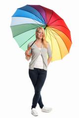 Blondes Mädchen hält einen Regenschirm