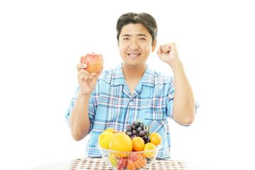 果物を持つ笑顔の男性