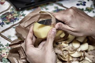 Donna che sbuccia una patata