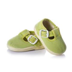 zapatillas de bebé verdes calzado con hebillas aislado en blanco