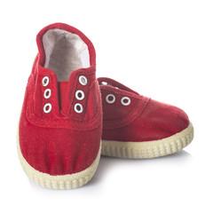 calzado informal zapatillas infantiles rojas aisladas en blanco