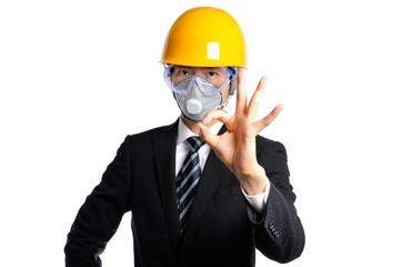 防護マスクとヘルメットを被っているスーツの男性