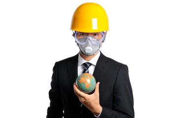 地球儀を持っているヘルメットをかぶった男性