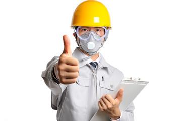 白い背景で撮影したヘルメットと防護マスクをつけた男性