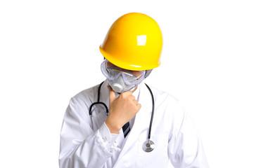 ヘルメットをして頭をかかえる医者