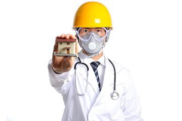 ヘルメットをかぶって住宅の模型を持っている白衣の医者