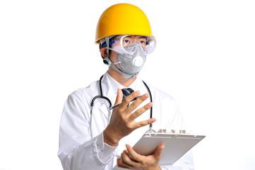 ヘルメットと防護マスクを付けてバインダーを持って説明している白衣の医者