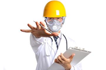 手を前に出して拒否をしているヘルメットと防護マスクを付けた白衣の医者