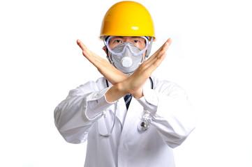 手でバツを表現しているヘルメットと防護マスクを付けている白衣の医者