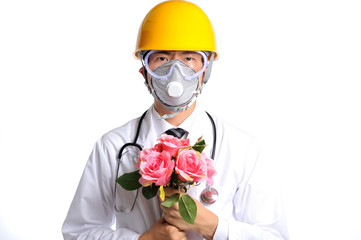 植物を持っているヘルメットをかぶった医者
