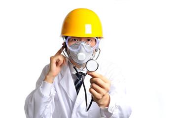 ヘルメットをして聴診器を使っている白衣の医者