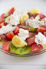 Bunter Tomatensalat mit Mozzarella