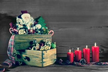Deko Weihnachten nostalgisch: Alte Spielsachen mit vier Kerzen