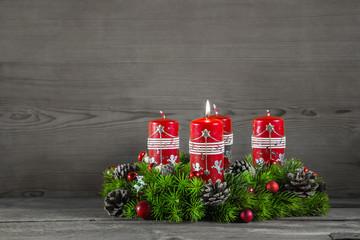 Adventskranz mit Holz Hintergrund: eine brennende Kerze