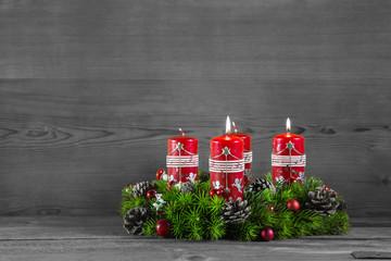 Adventskranz mit Holz Hintergrund: zwei brennende Kerzen
