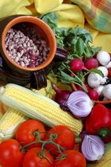 Legumi,pomodori,cipolla e pannocchia di mais