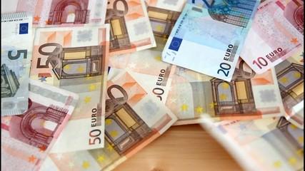 Euro Geldscheine wehen weg