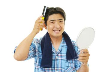 ヘアセットをする男性
