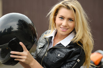 Junge Motorradfahrerin
