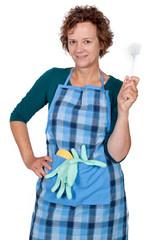 Hausfrau mit Spülbürste in der Hand