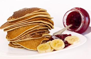 Pancakes con mermelada de frambuesa y platano