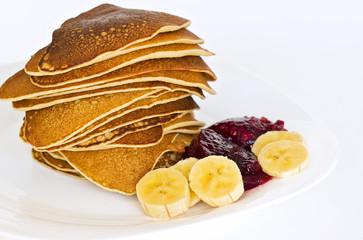 Pancakes con mermelada de frambuesa y trozos de platano